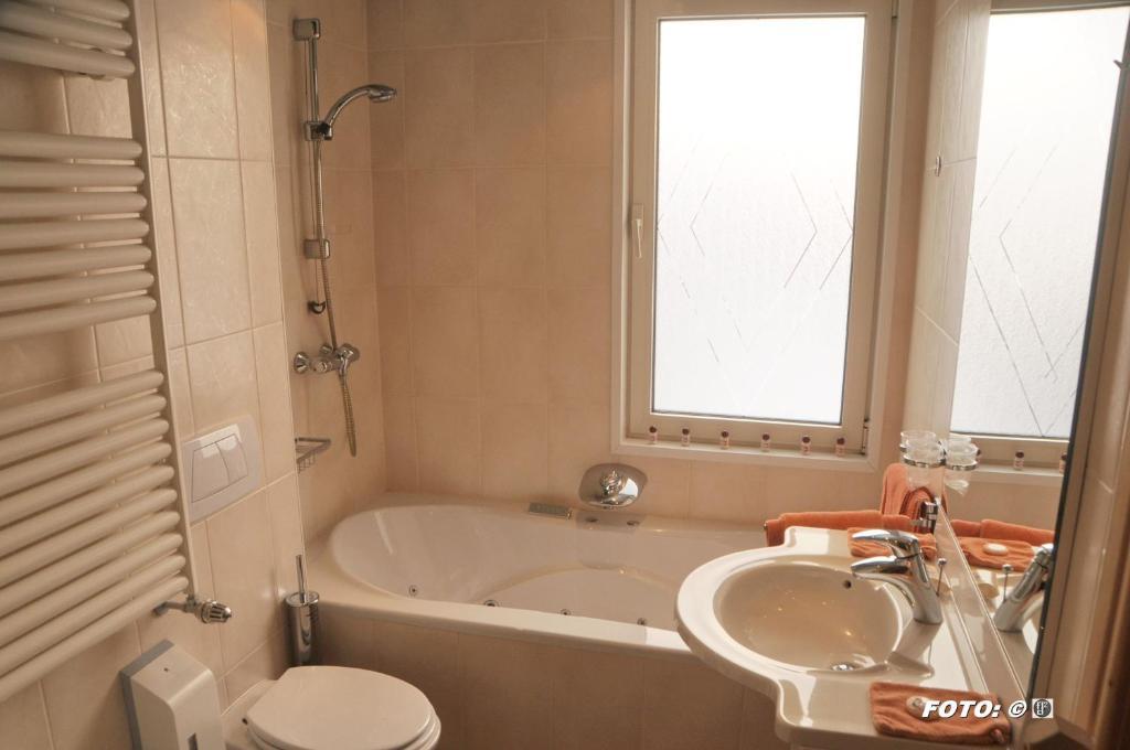 A bathroom at Hotel Het Galjoen