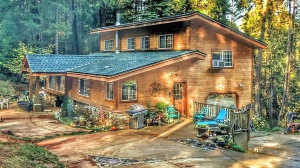 A Lovely Cabin House with Two Master Suites and Hot Tub!