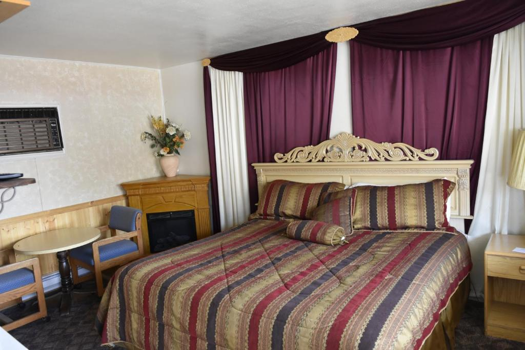 A bed or beds in a room at Golden Hills Motel