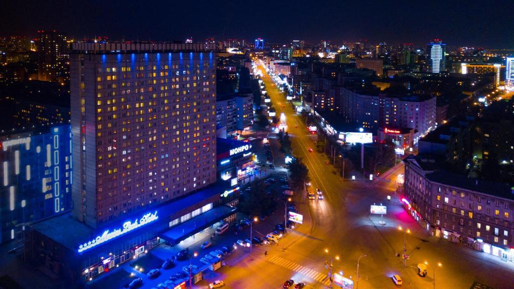 Ein allgemeiner Blick auf Nowosibirsk oder ein Stadtblick von des Hotels aus