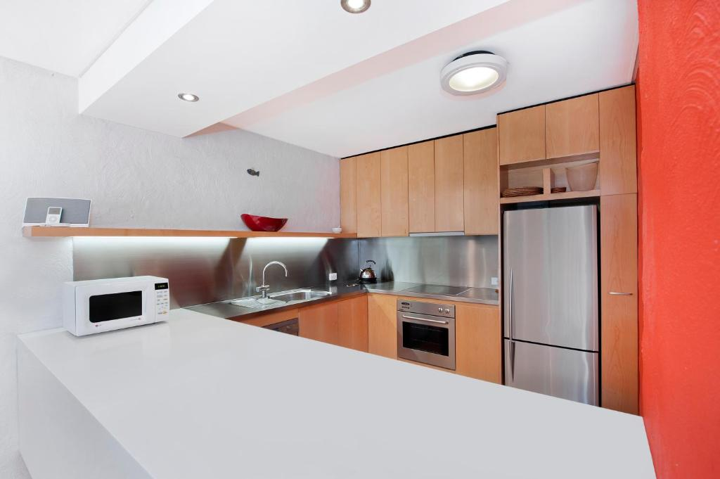 A kitchen or kitchenette at 1/18 Allambi Rise