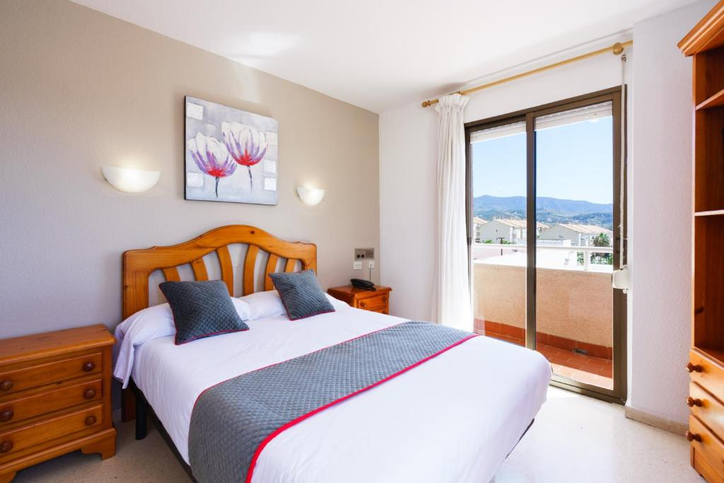 A bed or beds in a room at Hotel Costa Andaluza