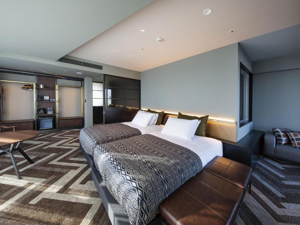 A bed or beds in a room at Shibuya Stream Excel Hotel Tokyu