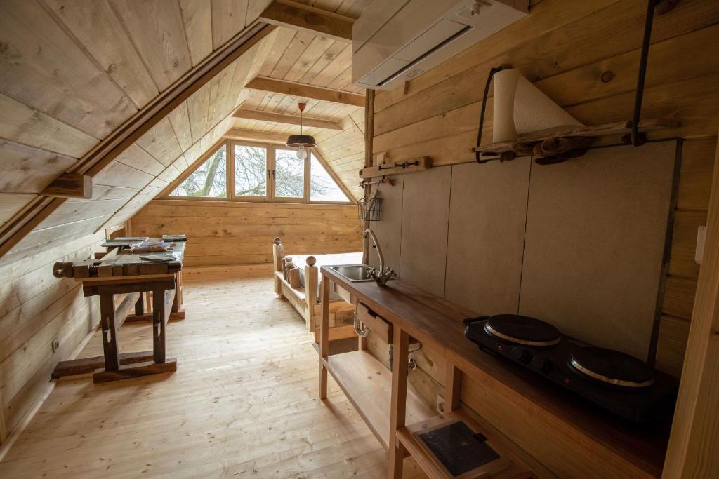 Kuhinja oz. manjša kuhinja v nastanitvi GOSTel Kočevski Rog