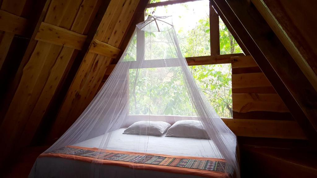 Een bed of bedden in een kamer bij Calathea Lodge