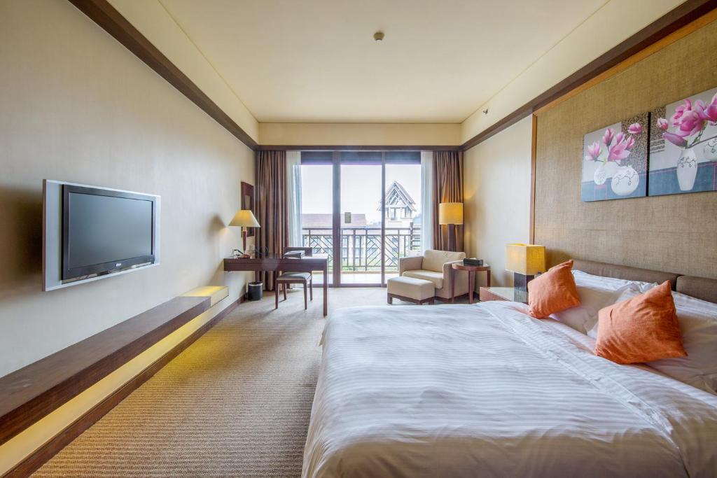 A television and/or entertainment center at Dongguan Richwood Garden Hotel