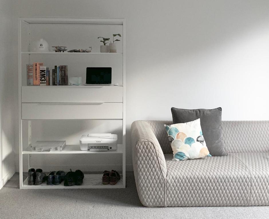 A bed or beds in a room at BESPOKE YARRA RIVER LIVING ☆ COURTYARD ☆ CHAPEL STREET ☆ SHOPS ☆ CAFÉS ☆ NETFLIX