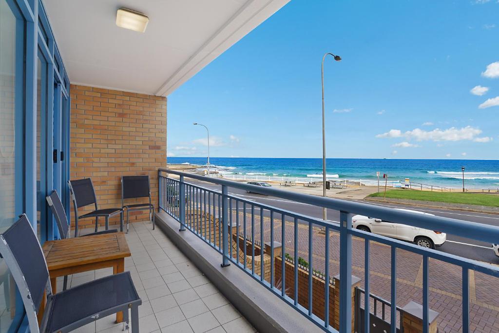 A balcony or terrace at Newcastle Short Stay Apartments - Sandbar Newcastle Beach