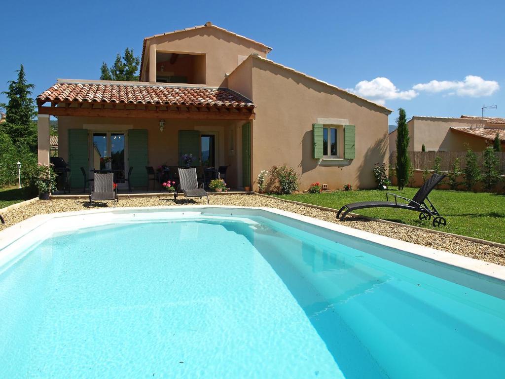 The swimming pool at or near Villa La barbanne des Bois