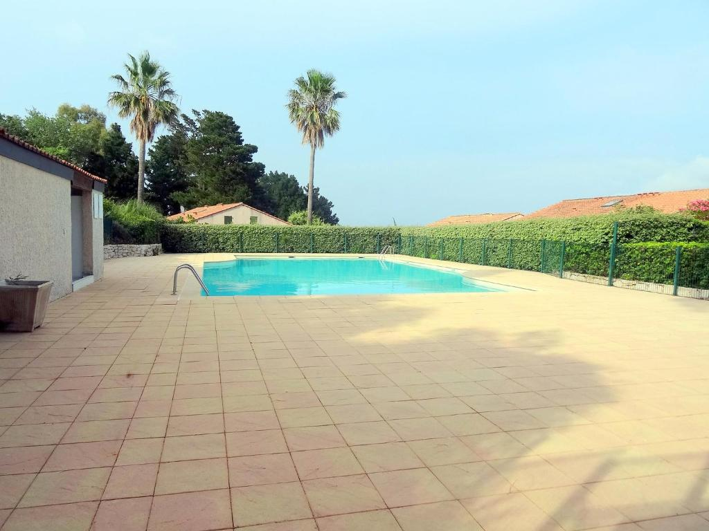 The swimming pool at or near Holiday Home Domaine des Vignes