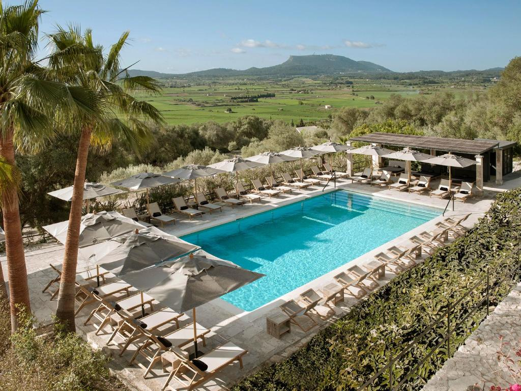 A view of the pool at Finca Serena or nearby