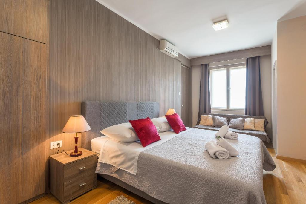 A bed or beds in a room at Golden Split Rooms