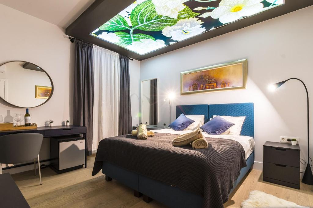 A bed or beds in a room at Luxury Rooms 7heaven City