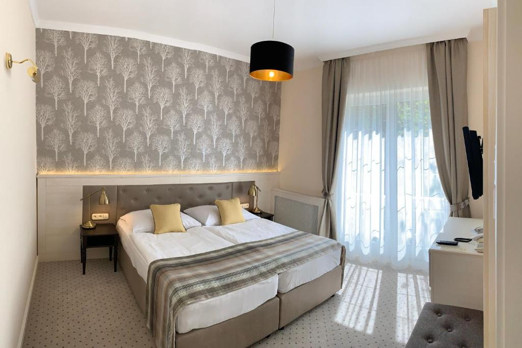 A bed or beds in a room at Villa Medici Hotel & Restaurant