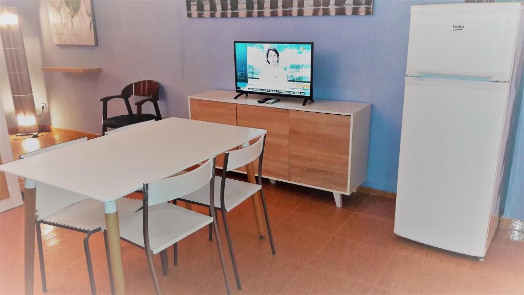 Una televisión o centro de entretenimiento en Apartamentos TSS Alboran