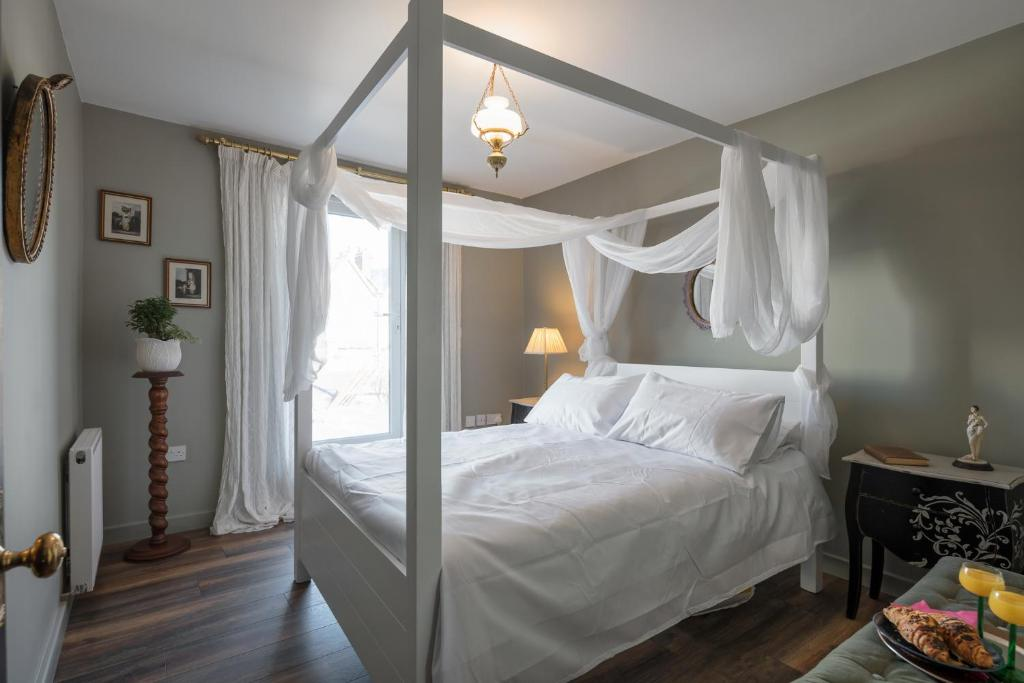 A bed or beds in a room at Courcy Road - 7 bedroom - sleeps up to 12