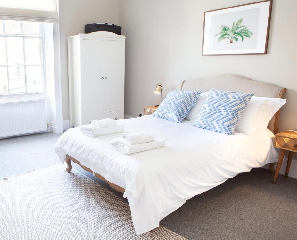 A bed or beds in a room at Lansdown Place Apartment