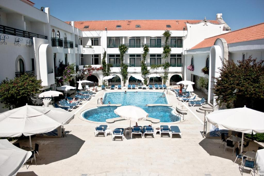 A view of the pool at Hotel Suave Mar or nearby