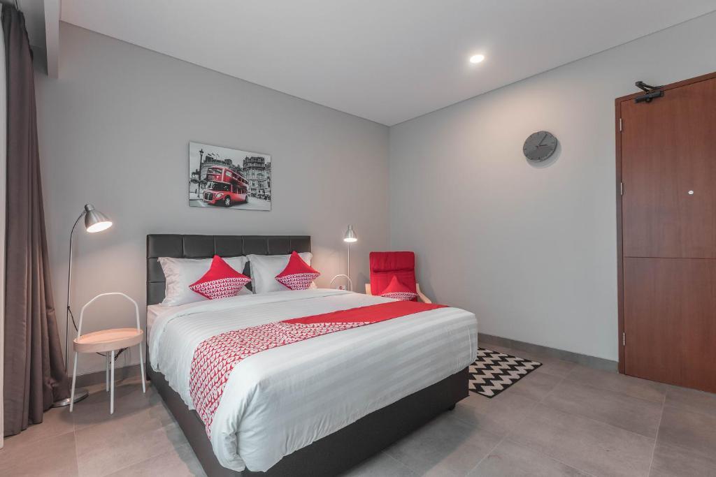 A bed or beds in a room at OYO 780 Acg House Kalibata Syariah