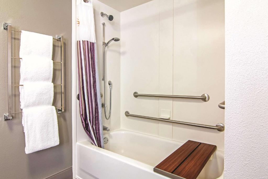 A bathroom at La Quinta by Wyndham Orlando UCF