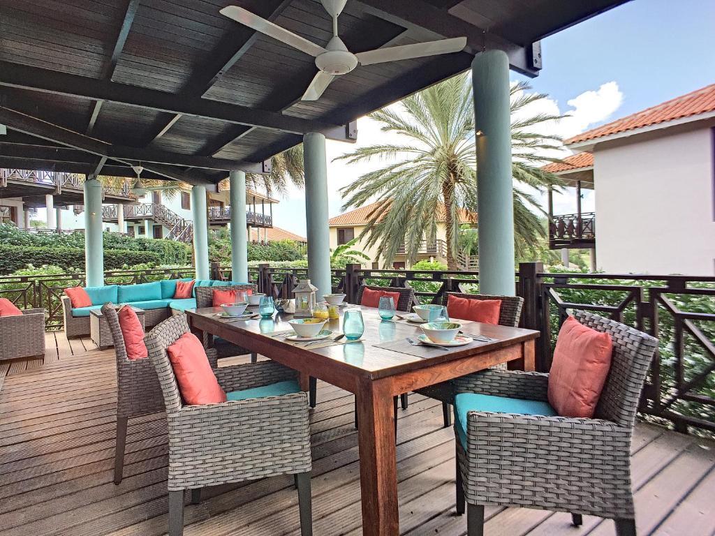 Um restaurante ou outro lugar para comer em Cool and Breezy 3 BR Villa in Blue Bay Beach