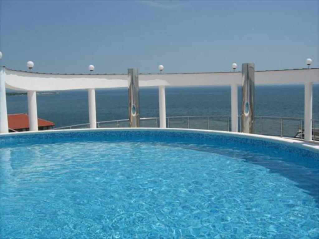 Bazén v ubytování Blue Marine Ap 26 nebo v jeho okolí