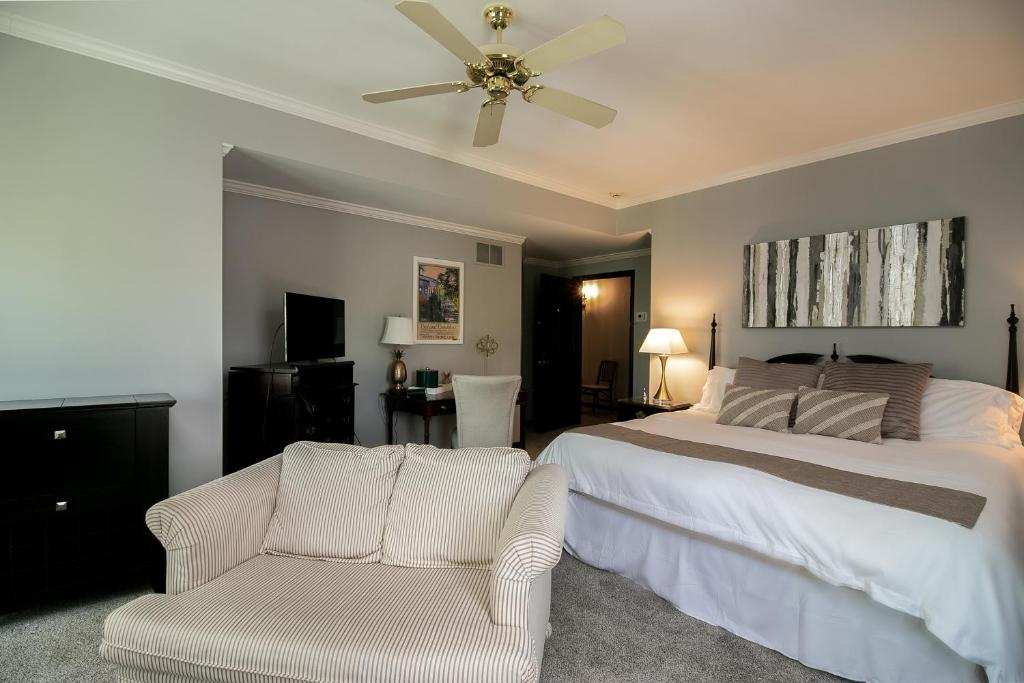 A bed or beds in a room at Abbotsford Suite