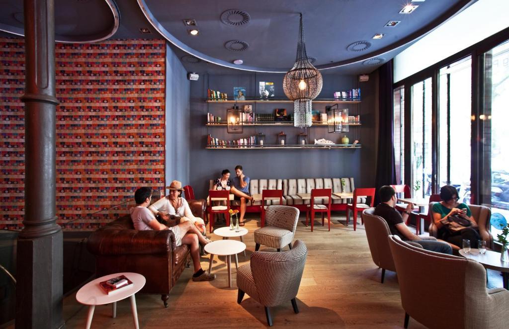 Um restaurante ou outro lugar para comer em Chic & Basic Born Boutique Hotel