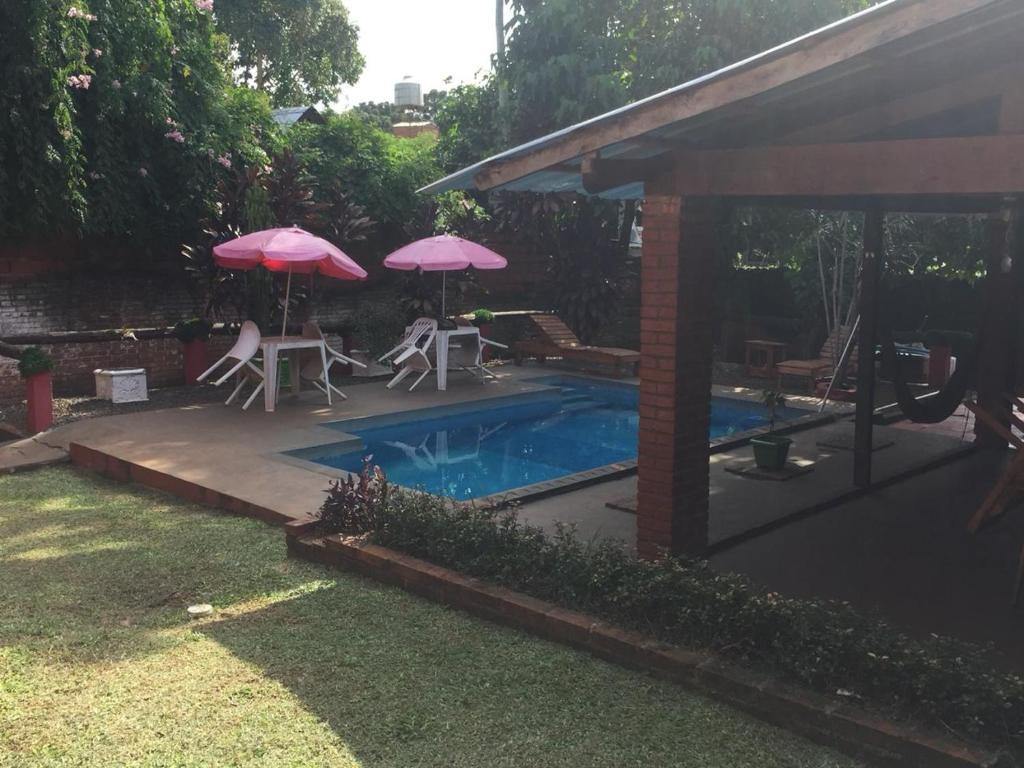 La pileta dentro o cerca de Hostel El Guembe Suites