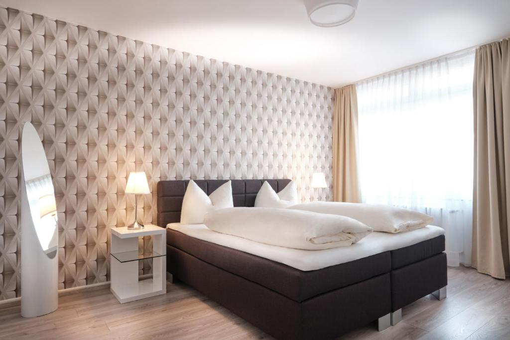 A bed or beds in a room at Hotel Alt Graz