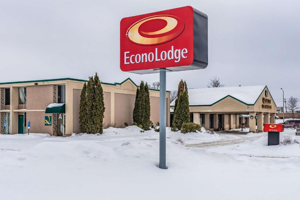 Econo Lodge during the winter