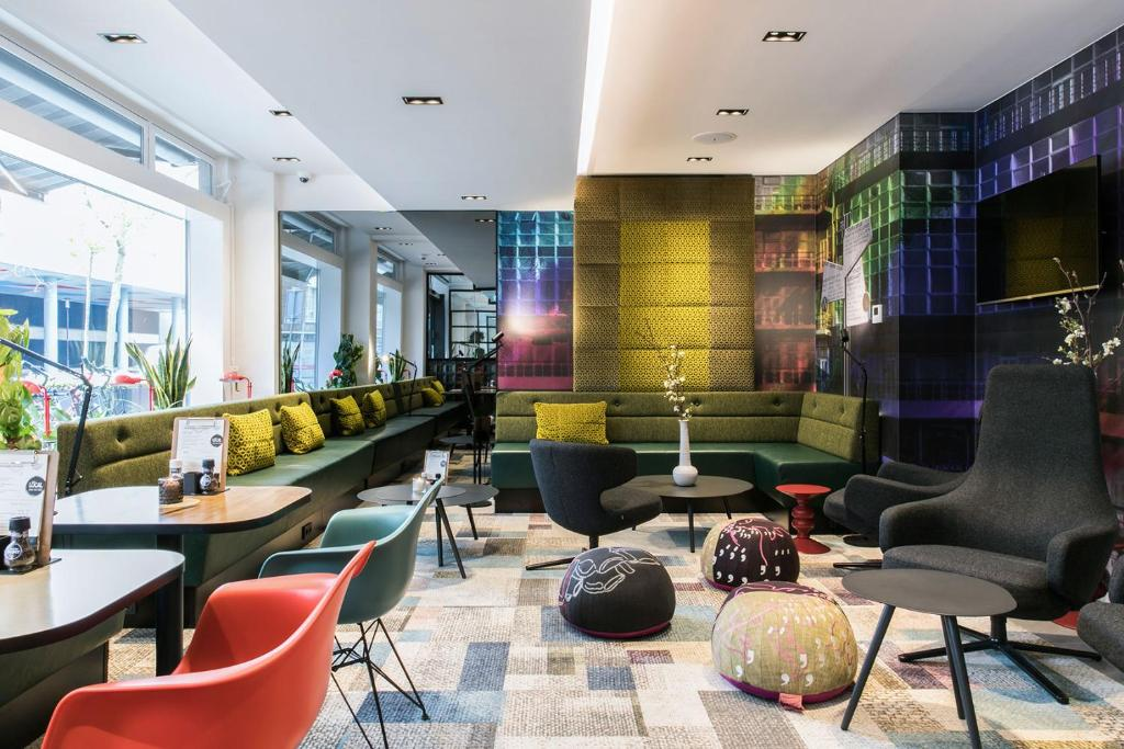 De lounge of bar bij Savoy Hotel Rotterdam
