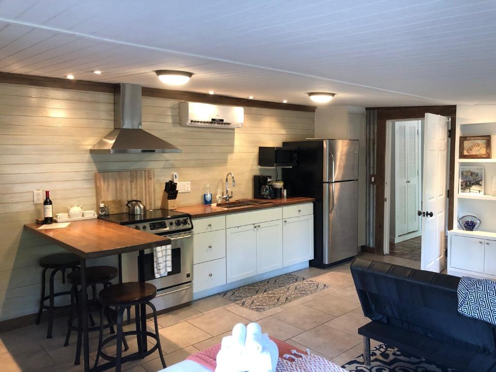 A kitchen or kitchenette at Island Hideout