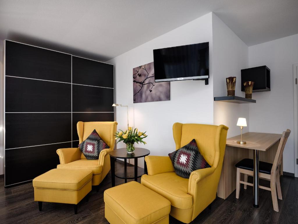 A television and/or entertainment center at Parkhotel Waldeck Titisee