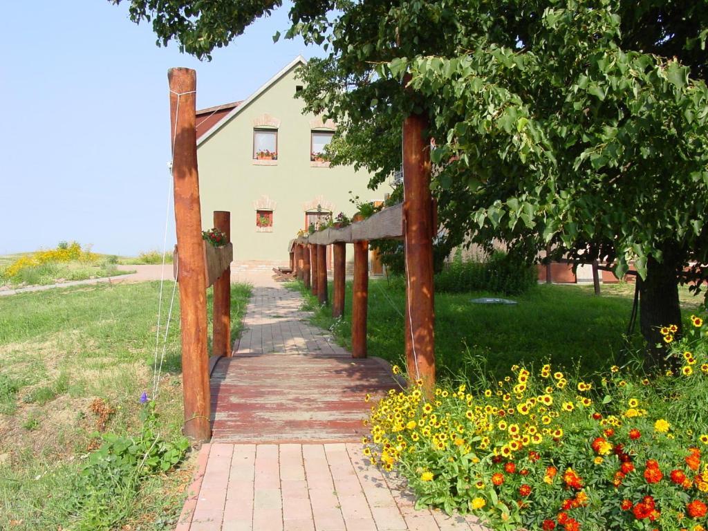 A garden outside Tótvár lovas szálláshely