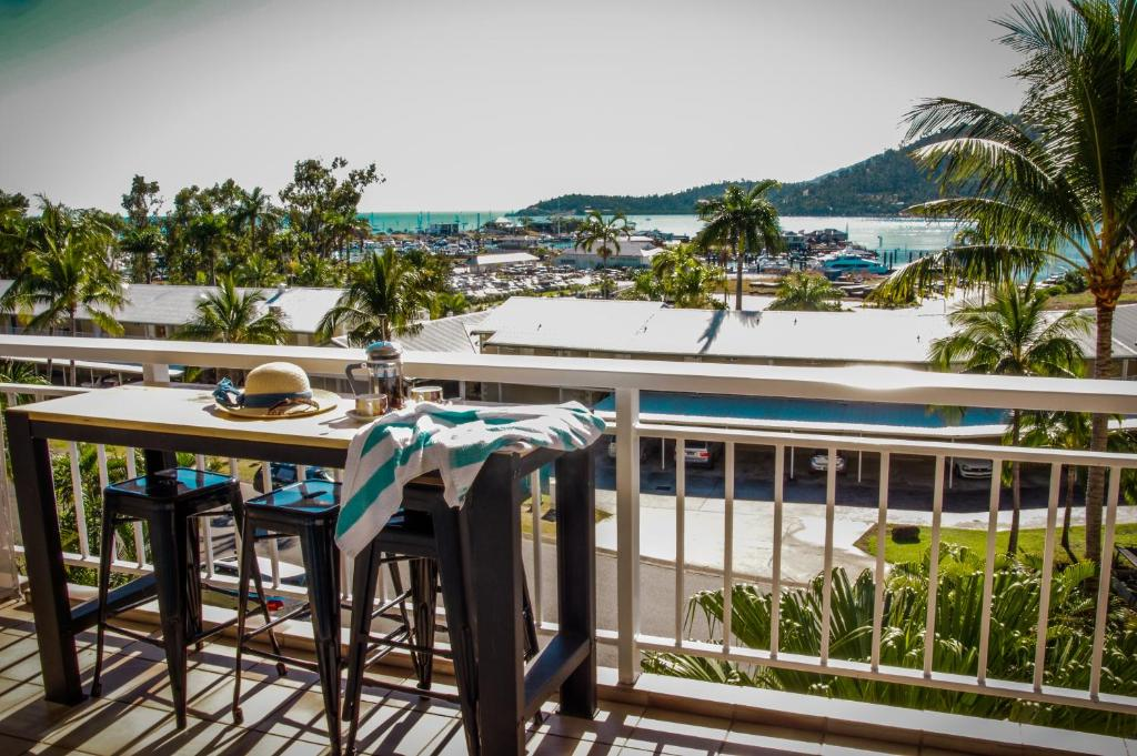 A balcony or terrace at Coral Sea Vista Apartments