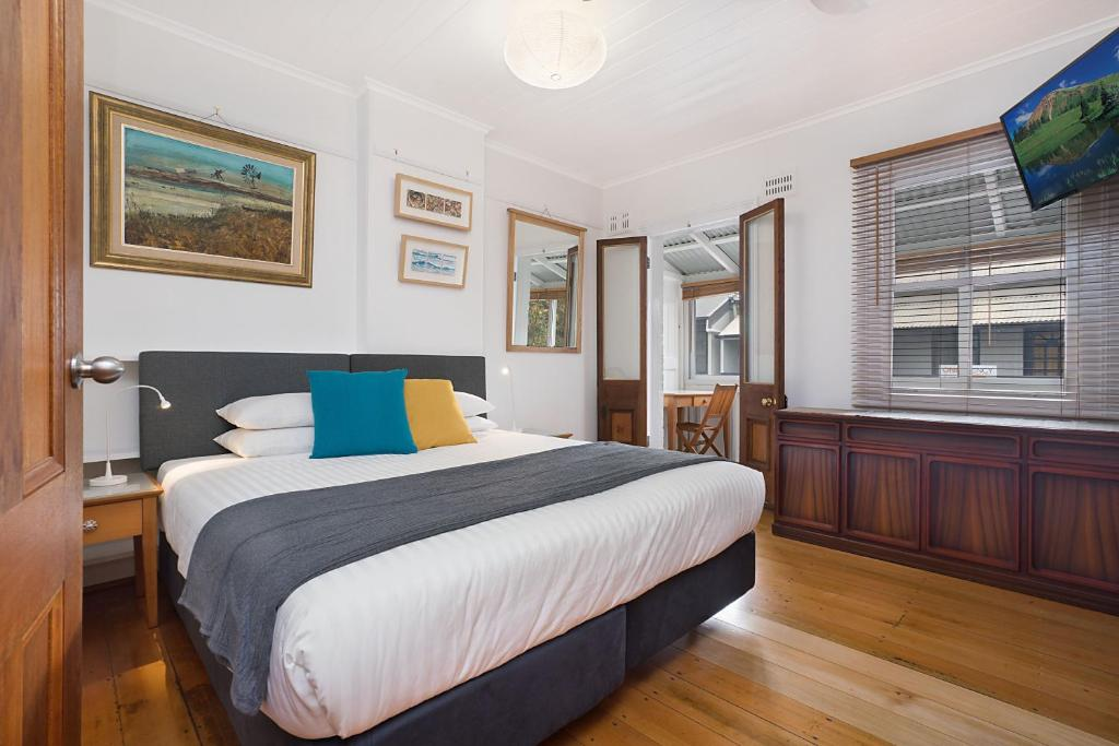 A bed or beds in a room at Newcastle Short Stay Apartments - 9 Alfred Street