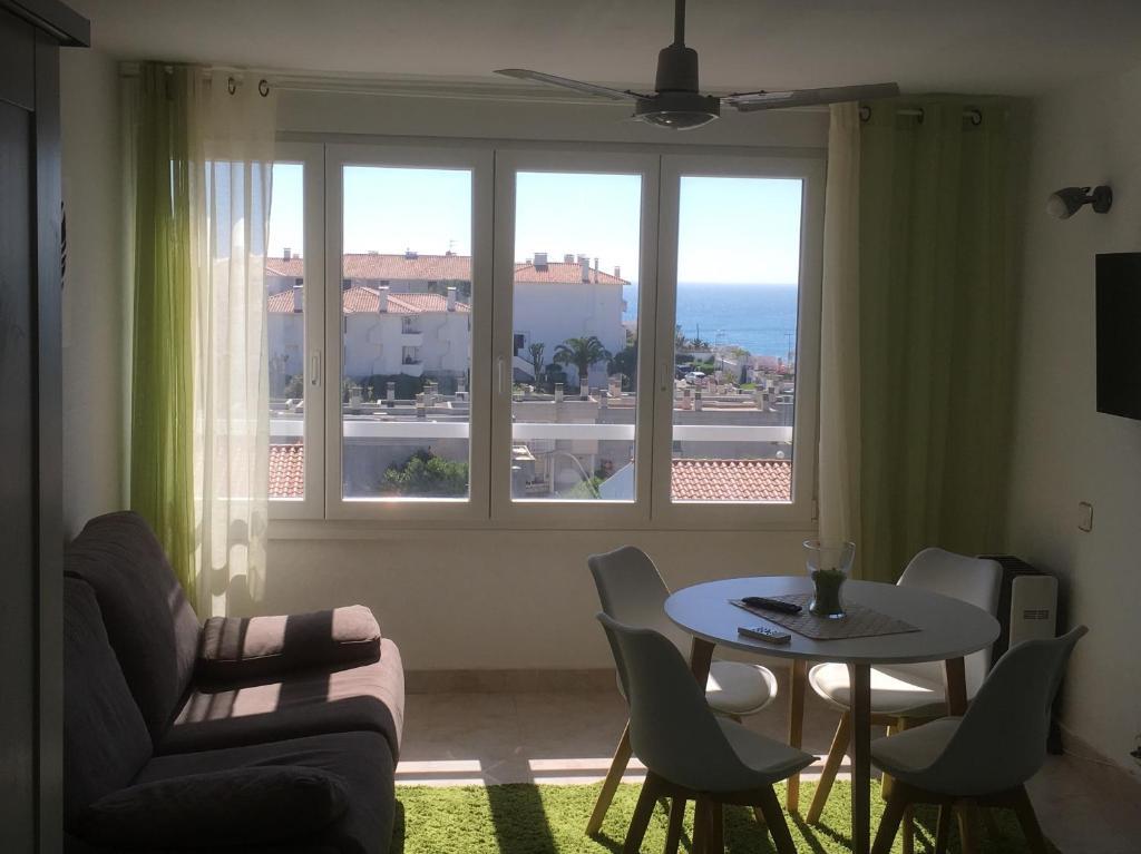 A seating area at Estudio frente al mar Sitges.