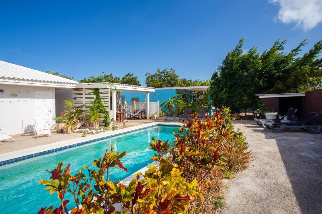 A piscina localizada em Tropical Breeze Apartments ou nos arredores