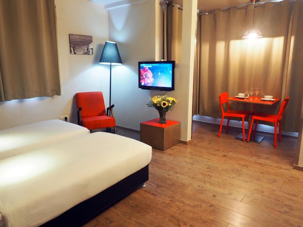 Una televisión o centro de entretenimiento en Ben Yehuda Apartments