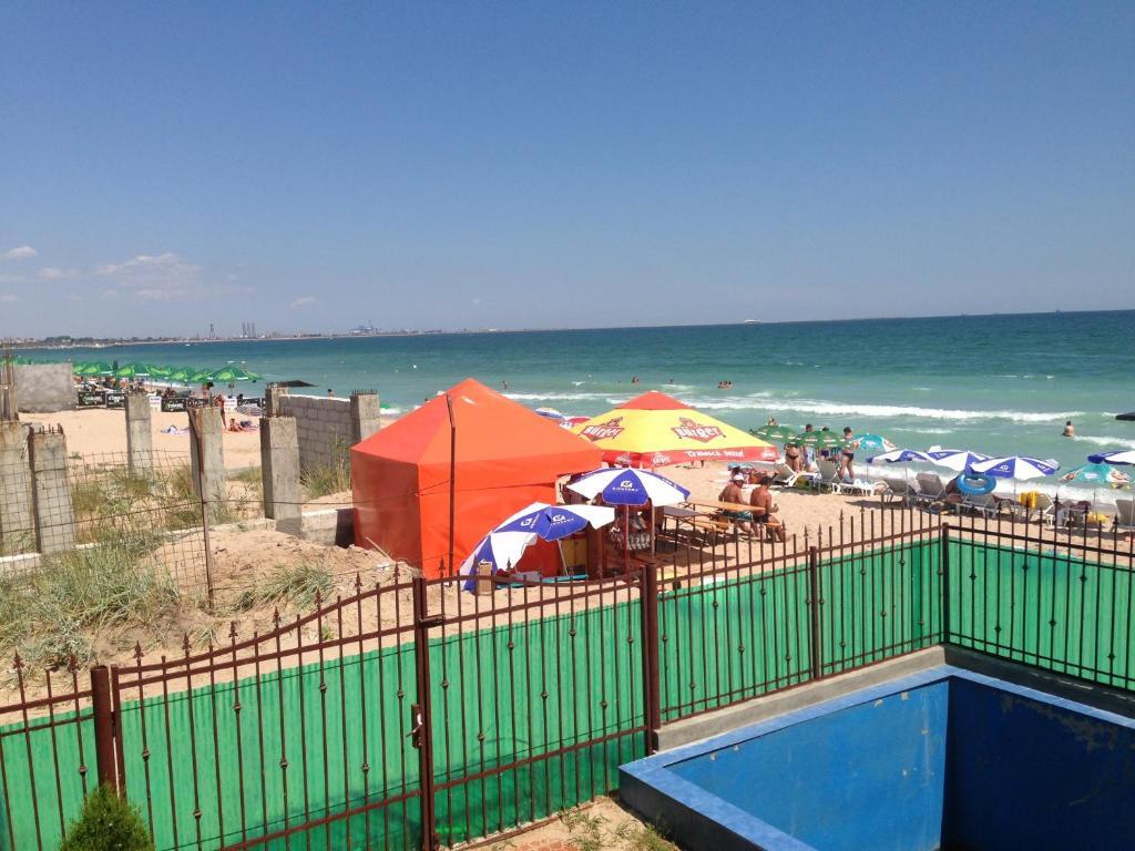 O vedere a piscinei de la sau din apropiere de Vila Eforie Bioterra