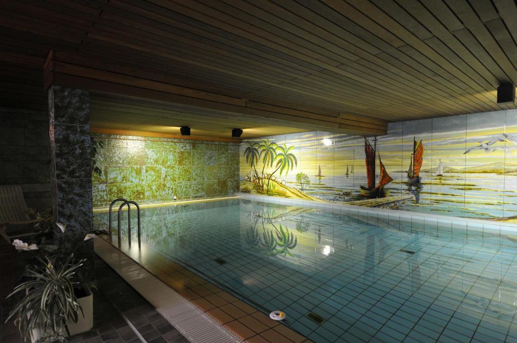 Der Swimmingpool an oder in der Nähe von Hotel Waldersee