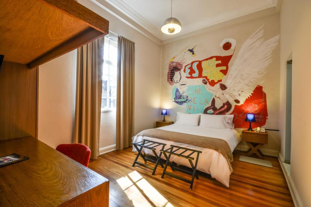 Una cama o camas en una habitación de Sacha Mistol Art Hotel