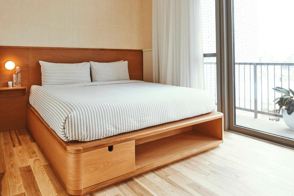 A bed or beds in a room at Sister City New York