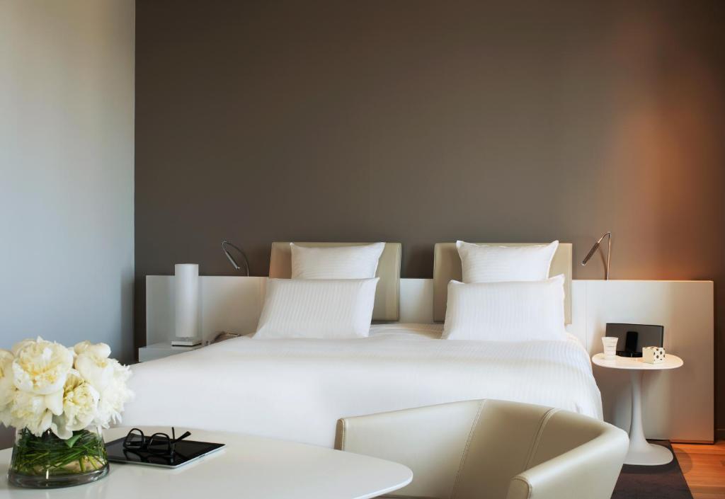 Een bed of bedden in een kamer bij Pullman Brussels Centre Midi