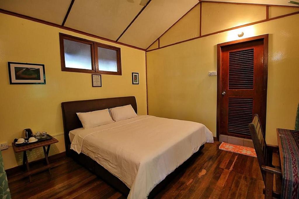 Ein Bett oder Betten in einem Zimmer der Unterkunft Nature Lodge Kinabatangan