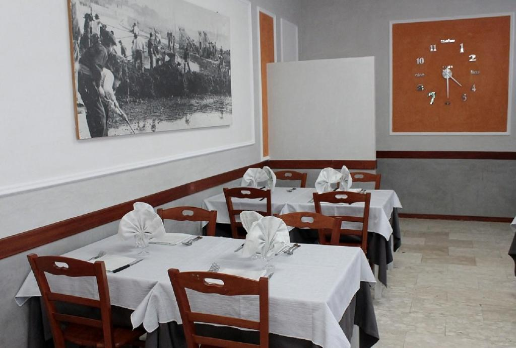 A restaurant or other place to eat at Hotel Derna