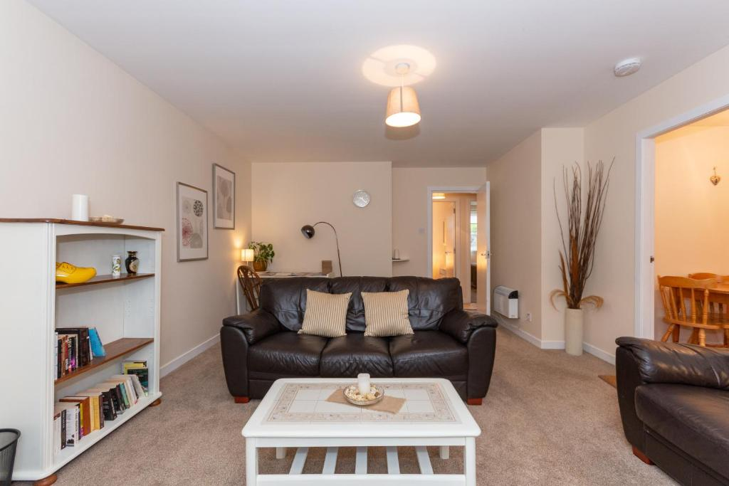 A seating area at Central St Andrews 2 Bed Apartment - Free Parking