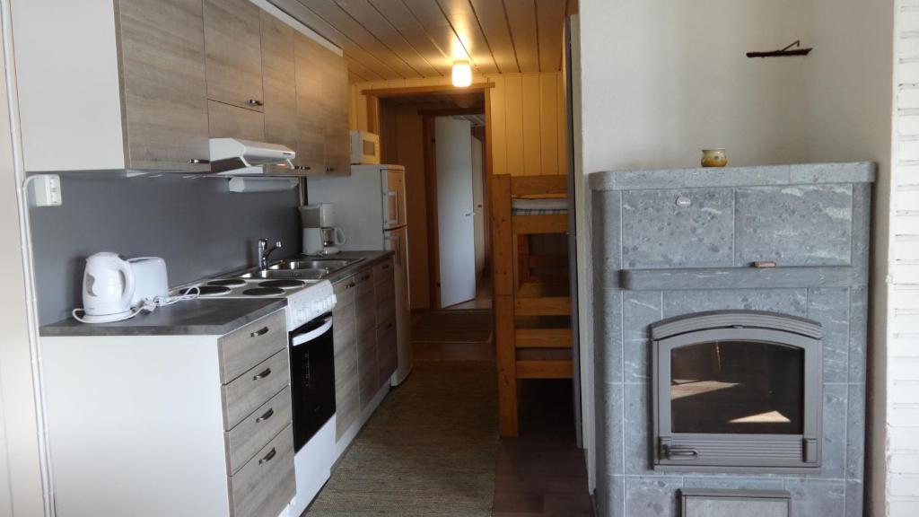 A kitchen or kitchenette at Tiirantuvat