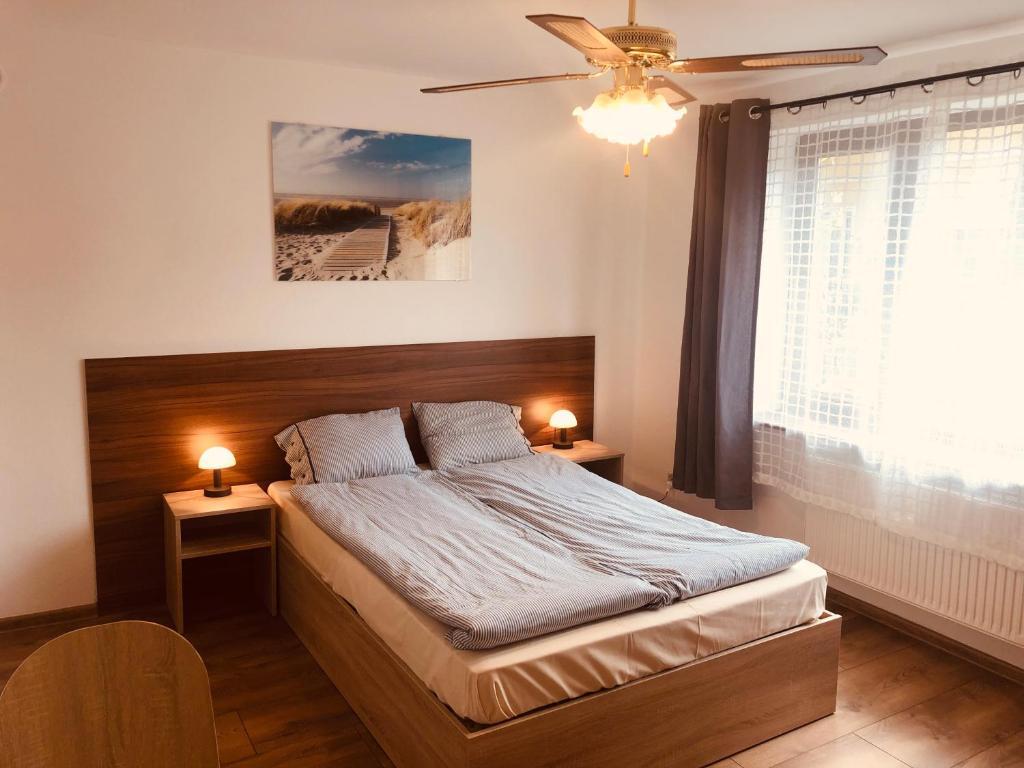 Postel nebo postele na pokoji v ubytování Pod Winnym Gronem